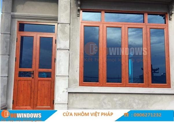 Mẫu cửa nhôm kính việt pháp màu vân gỗ đẹp